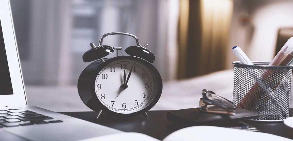 atur alarm anda untuk bekerja dengan begitu kita lebih produktif saat akan melakukan sesuatu
